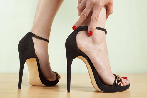 Mang giày cao gót làm tăng nguy cơ thoái hóa cổ chân