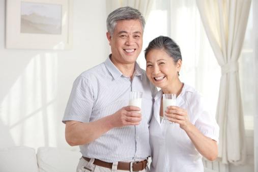 Thoái hóa đốt sống cổ có nên uống sữa Anlene không là thắc mắc của nhiều người bệnh