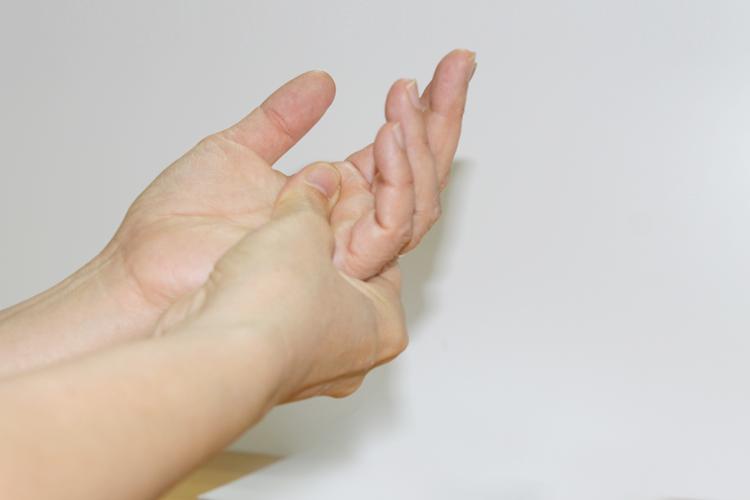 Tê tay có phải là do thoái hóa đốt sống cổ