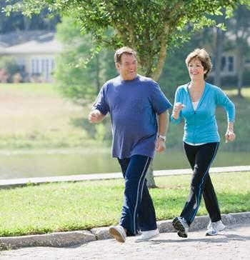 Bị thoái hóa khớp gối có nên đi bộ không?