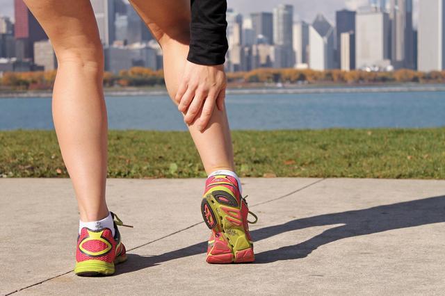 Bị căng cơ bắp chân khi chơi thể thao
