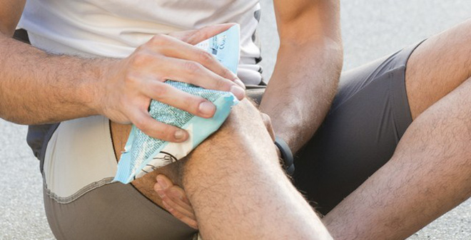 Tôi bị căng cơ bắp chân khi chơi thể thao phải làm sao?