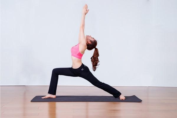 Bài tập yoga trị liệu thoái hóa khớp gối tư thế Supported warrior
