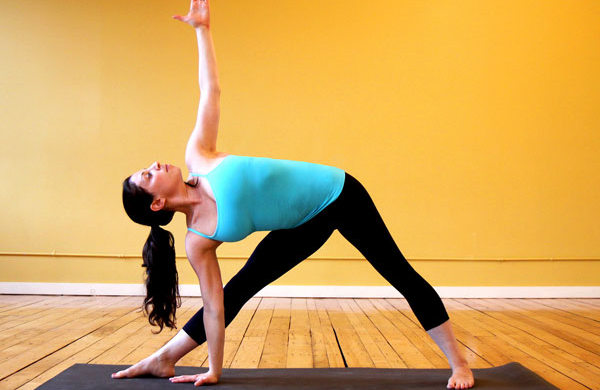 Bài tập yoga cho người thoái hóa khớp gối với tư thế Triangle Pose