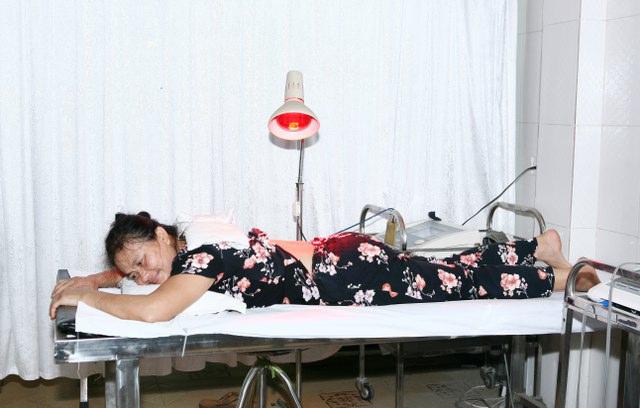 Chiếu đèn hồng ngoại phục hồi chức năng thoái hóa khớp gối