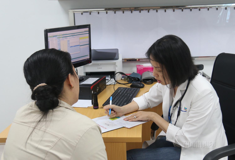 Bác sĩ thăm khám sơ bộ chẩn đoán thoái hóa cột sống thắt lưng