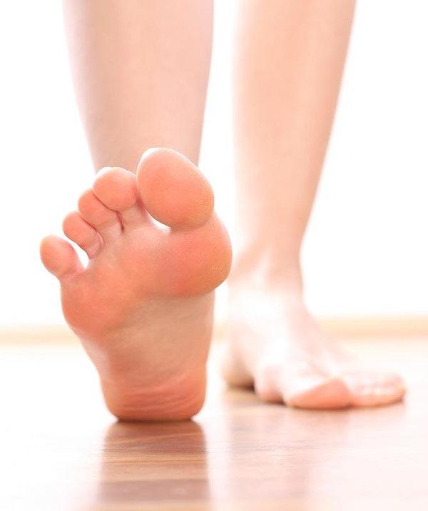 Đau khớp cổ chân khi đi bộ là một biểu hiện của thoái hóa khớp cổ chân