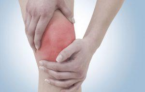 Đau xương bánh chè thường có triệu chứng khớp gối kêu lạo xạo