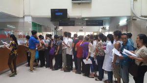 Bệnh nhân làm thủ tục khám bệnh tại bệnh viện Việt Đức Hà Nội