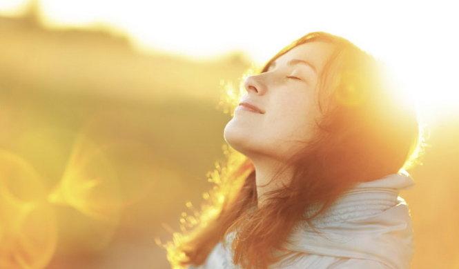 người bị gai cột sống nên tắm nắng để cơ thể hấp thu canxi tốt hơn
